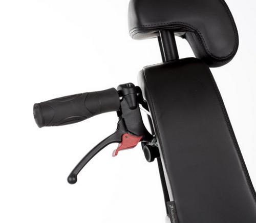 Les poignées de frein sont rabattables et commandent des freins à disque.